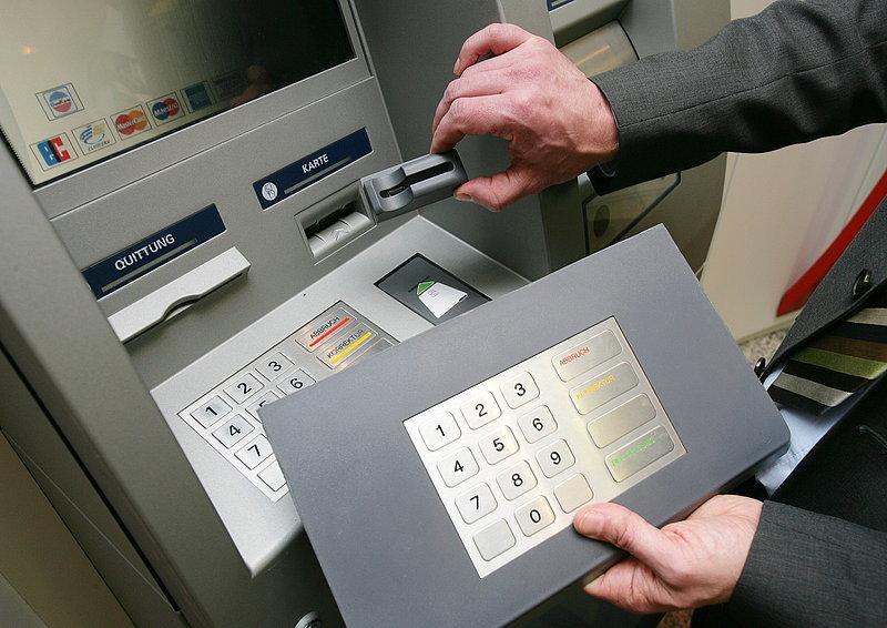 Скиммер - это устройство, представляющее собой накладку на банкомат и...